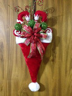 How cute is this ? Seriously a different take on the traditional holiday wreath