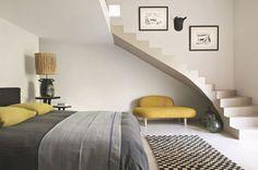 Une chambre déco avec draps en lin lavé AM.PM. et couvre-lit chiné. Plus de photos sur Côté Maison http://petitlien.fr/masprovence