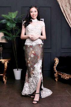 64 ideas for dress brokat remaja Kebaya Modern Hijab, Dress Brokat Modern, Model Kebaya Modern, Kebaya Hijab, Modern Batik Dress, Model Rok Kebaya, Batik Long Dress, Rok Batik Modern, Dress Lace