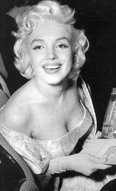 Marilyn Monroe in 1955, premier of 'East of Eden'. Marilyn is 'Usherette'!!