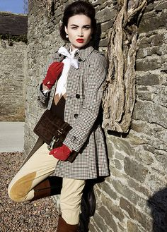 It's amazing how chic the equestrian set is: I feel like I need to order riding pants this instant, or at least tan leggings. Equestrian Chic, Equestrian Outfits, Equestrian Fashion, Horse Riding Fashion, Style Anglais, Red Gloves, Vintage Mode, Glamour, British Style