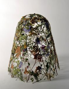 L'artiste espagnol Ignacio Canales Aracil crée des structures délicates en cueillant les fleurs d'un champs ou d'un jardin et les tresses entre elles sur un moule, avant de les presser et les laisser sécher comme dans un herbier, au fil des jours elles se durcissent et finissent par former des structures à la fois rigides …