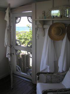 New white screen door shabby chic 43 Ideas Vintage Screen Doors, Old Screen Doors, Wooden Screen Door, Wooden Gates, Old Doors, Front Doors, Cottage Living, Cozy Cottage, Country Living