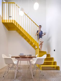How to choose the stair railing height so that your design fits the code How to choose the height of the banister so that your design matches the code - house styling Haus Styling hausstyling Innenr Interior Staircase, Staircase Design, Interior Architecture, Modern Staircase, Railing Design, Stair Design, Staircase Ideas, Yellow Stairs, Metal Stairs