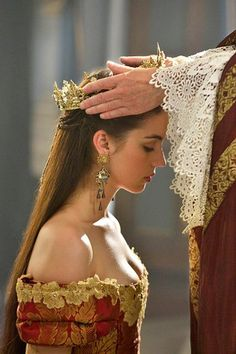 Adelaide Kane as Mary Stuart Queen of Scots in Reign Reign Mary, Mary Queen Of Scots, Queen Aesthetic, Princess Aesthetic, Adelaide Kane, Poses, Marie Stuart, Reign Tv Show, Reign Fashion