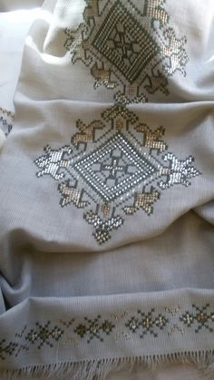It is a good Cross-Stitch towel example with bright gray. Embroidery Patterns Free, Embroidery Stitches, Hand Embroidery, Embroidery Designs, Crochet Patterns, Just Cross Stitch, Cross Stitch Borders, Cross Stitch Designs, Cross Stitch Patterns