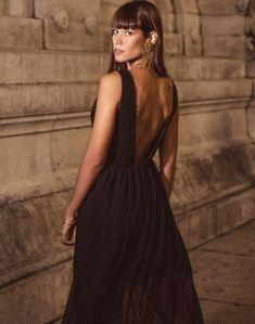 82d1552b8 Vestido largo de fiesta de encaje negro con escote v y abertura falda para  INVITADISIMA.