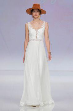 Rembo styling — Catwalk 2017 — First: Unfassbar schöner, offener Rücken in neuer geometrischer Spitze, perfekt für eine Hochzeit an dem Platz Eurer Träume.