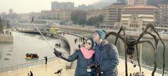"""El Museo Guggenheim recibía una llamada de un turista a las 9:22 horas informando del avistamiento de una patera arribando esta mañana al estanque del Museo con síntomas de hipotermia, ante la sorpresa de turistas, lugareños e inmigrantes que pensaban que o se trataba de una intervención artística del propio Museo """"Desde Santurtzi a Bilbao"""" para interactuar con el espectador preparando el """"Black Friday"""", o quizás eran de la remesa humana que se esperaba para la cena de X-Mas."""