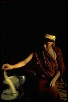A escravidão venceu no Brasil. Nunca foi abolida - PÚBLICO - Iapii-hi, índia Araweté, prepara doce de milho (fotografia de 1982) EDUARDO VIVEIROS DE CASTRO