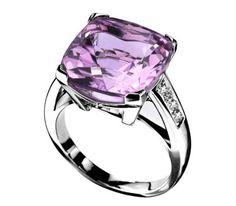 L'améthyste est une magnifique pierre fine. C'est une pierre à la délicate couleur violette, elle séduit de très nombreuses femmes. Elle est symbole de modestie et de sagesse. Monté en bague, l'effet est assez saisissant surtout lorsqu'elle est montée sur de l'argent. Comment choisir une bague avec une améthyste pour être certaine de ne pas regretter son achat.
