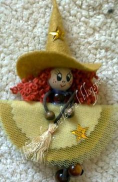 Broche fieltro bruja en mostaza Fall Halloween, Halloween Crafts, Halloween Decorations, Felt Christmas, Christmas Crafts, Felt Crafts, Diy Crafts, Realtor Gifts, Clothespin Dolls