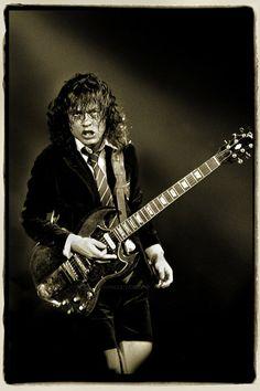 El mítico Angus Young de AC/DC y un solo de guitarra http://si1.es/76ttv