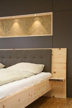 Massivholzbett Aus Zirbenholz. Besonderheiten: Nachttischablage Mit  Baumkante. Gepolsterte Rückenlehne.