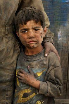 tão pequeno ,, tão criança e com olhar de uma grande tristeza .. como se já tivesse vivido como um homem velho.