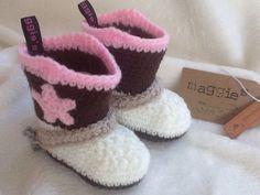 Op verzoek van een Amerikaanse vriendin kleine cowboyboots gemaakt voor een pasgeboren meisje.