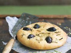 Fladenbrot mit Oliven und Rosmarin (Focaccia) ist ein Rezept mit frischen Zutaten aus der Kategorie Fruchtgemüse. Probieren Sie dieses und weitere Rezepte von EAT SMARTER!