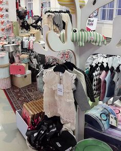 La-su 17.-18.10. ollaan mukana Väripommi lastenvaate ja -tarvike tapahtumassa. Myynnissä Minimize vaatteita alehinnoin, Kurtis kuomusuojia, Kaiser lämpöpusseja, Done by Deer leluja, Stonz töppösiä sekä bObles tuotteita. Pisteenä iin päälle vielä Cybex Priam vaunut. Huippuaa!  #BabyStyle #Tampere #väripommi #bsväripommi Pyynikintie 25, be there!