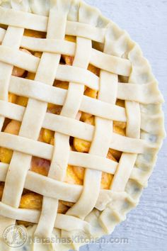 Here& a quick tutorial on how to make a lattice pie crust topping. You& be a pro in no time! I hope you find this woven pie crust tutorial helpful. Homemade Pie Crusts, Pie Crust Recipes, Keto Recipes, Moistest Red Velvet Cake Recipe, Vegan Sweet Potato Pie, Lattice Pie Crust, Pie Co, Pie Crumble, Wie Macht Man