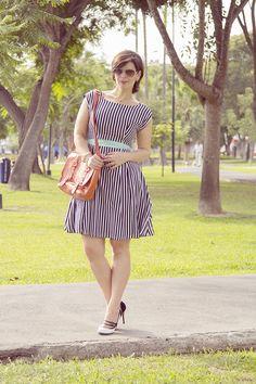 Divina Ejecutiva: Mis Looks - Romance en Blanco & Negro #divinaejecutiva #workingstyle #sirana #officeattire #dress #stripes #workinggirl #imageconsultant #bipolar #ootd #summer #h&m #style #workinglook