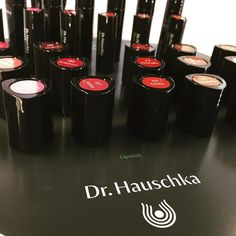 Akzente setzen,ohne die eigene Leuchtkraft zu übermalen #drhauschka #lippen #lippenstift #naturalmakeup #naturkosmetik #bio #organic #makeup #berlinmitte #shopoffline #natrue #schminken