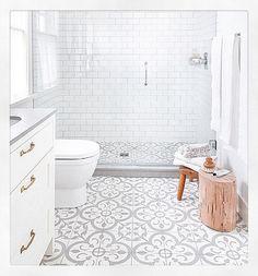 Beautiful flooring design in a clean crisp bathroom #bathroom #bathroomdecor #bathroomdesign #interiors #interdesign #interiordecor #interiorinspo #tiledesign #tilingdesign #tiling #cornwallinteriors by cornwallinteriors