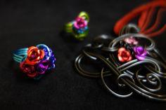 Sieraden van Aluminium draad in combinatie met roosjes. Gemaakt door Sjiek de Lola