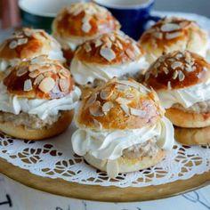 Karlsbadersemlor – recept på saftiga semlor Semlor Recipe, Swedish Recipes, Swedish Foods, Danish Recipes, Sugar Candy, Scandinavian Food, Cookie Desserts, No Bake Desserts, Just Desserts