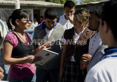 メキシコ北部チワワ(Chihuahua)州プラセディス・グアダルーペ・ゲレロ(Praxedis Guadalupe Guerrero)で高校生たちに話しをする、同町の警察署長に就任した犯罪学専攻の大学生マリソル・バジェス(Marisol Valles)さん(20歳、2010年10月20日撮影)。(c)AFP/Jesus Alcazar ▼21Oct2010AFP|麻薬抗争の町に20歳の「女子大生警察署長」誕生、メキシコ http://www.afpbb.com/articles/-/2767935 #Praxedis_Guadalupe_Guerrero #Marisol_Valles