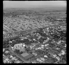 Wanganui, showing Sacred Heart Convent (now Jane Winstone Retirement Home), Saint Johns Hill and the Great North Road, looking towards the city and river beyond - Date: 6 Apr 1955