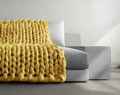 """Designern Anna Mo har stickat filtar med stora stickor för hand och lanserat kollektionen """"Chunky Knits"""" som är gjord av ull och framhäver hantverket."""