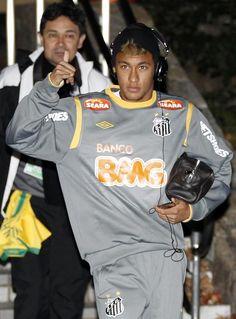 Neymar Jr. nació el 5 de febrero de 1992 en Sao Paulo, Brasil.  Debutó en el fútbol profesional el 7 de marzo de 2009 con el FC Santos - Yahoo