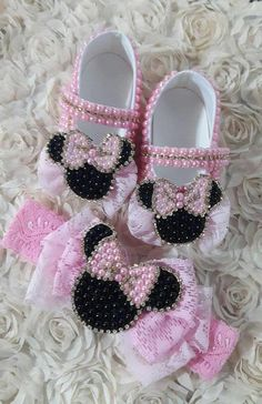 Sapatinho em pérolas, com decoração em renda + Minnie. Faixa de cabelo, renda + Minnie no centro da faixa. Tamanhos sapatos: 14 ao 18 Cores: branco, preto, vermelho e rosa.