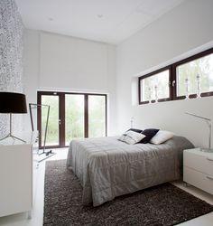 Myös talon makuuhuone on valoisa johtuen isoista ikkunoista, joista Suomen luontoa voi ihailla lämpimästi sängystä.