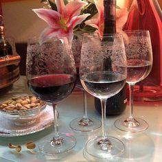 Um brinde para animar a sexta-feira, com as nossas deslumbrantes taças de cristal! . . Compre aqui ❤️: www.taniabulhoes.com.br #taniabulhoes #tableware #vestiramesa #taçadecristal #listadecasamento