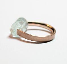 Minimalistyczna obrączka z różowego złota + aquamarine  - Deka Jewellery
