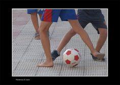 """""""Anche io gioco!"""" 40x60, Fotografia, 2015 Luana G. Monterosso.  I piedi scalzi in contrasto alle scarpe, un invito all'uguaglianza che resta un fattore normale tra i bambini ma che purtroppo crescendo si perde..."""