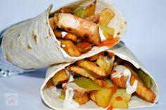 Shaorma de casa | CAIETUL CU RETETE Shawarma, Bbq Grill, Grilling, Romanian Food, Romanian Recipes, Chorizo, Junk Food, Fresh Rolls, Cooking Recipes