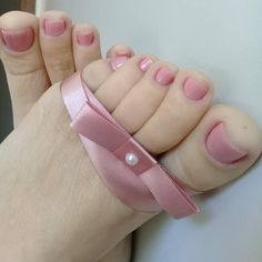 O rosa é a cor das emoções dos afetos da compreensão do companheirismo e do romance. Representa os sentimentos ligados ao coração como o amor verdadeiro.vou começar a semana nessa busca pois o mais interessante e a busca! _________________________________________ Pink is the color of emotions affections understanding companionship and romance. It represents the feelings attached to the heart like true love.I start the week in this search because the most interesting and the search… Pink Toe Nails, Pretty Toe Nails, Pretty Toes, Feet Nails, Toenails, Feet Soles, Women's Feet, Nice Toes, Foot Pictures