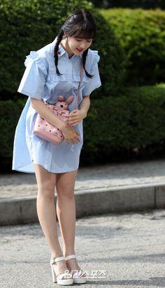 여자친구 예린이 11일 오전 서울 여의도 KBS신관 공개홀에서 진행되는 KBS2 TV 해피투게더3 녹화 현장에 참석하며 취재진에 포즈를 취하고 있다.