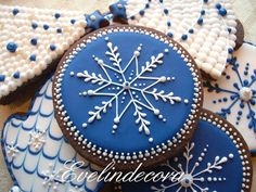 Blue royal snowflake decorated Christmas gingerbread cookies (blue and white) Christmas Sugar Cookies, Christmas Gingerbread, Noel Christmas, Holiday Cookies, Christmas Treats, Christmas Baking, Gingerbread Cookies, Snowflake Cookies, White Christmas