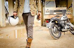 36060, c'est le code postal de la petite ville de Molvena où est né la marque de Lino Dainese en 1972 portant son nom. La collection Dainese 36060 est un mélange d'héritage italien, d'équipement de sécurité et de style vintage. Nous sommes loin de la première fabrication qui était un pantalon de motocross et des combinaisons en cuir. La collection comprend des chaussures en cuir ou en toile avec protection...