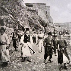 Armenian children in Arghni/Ergani (55 km to the NW of Diyarbakır).  1910. Armenian Culture, My Heritage, Old Photos, Drawing Ideas, Countries, Ottoman, Forget, Cities, Old Pictures