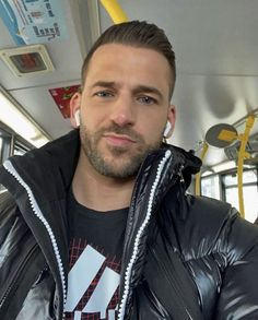 Gym Guys, Modern Mens Fashion, Mens Down Jacket, Mens Trends, Cyberpunk Fashion, Hot Hunks, Guy Pictures, Modern Man, Muscle Men