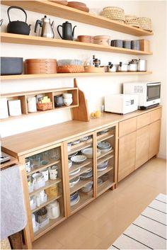 Kitchen Shelf Decor, Diy Kitchen Storage, Kitchen Dinning, Kitchen Shelves, Kitchen Interior, Kitchen Design, Minimalist Home Decor, Cool Kitchens, Kitchen Remodel