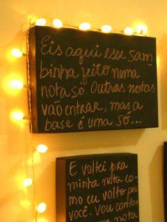 Casa de Colorir: garimpos no lixo Letter Board, Broadway Shows, Wall Decor, Lettering, Diy, Nova, Fairy Lights, Wall, Colouring In
