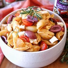 There's no reason why you shouldn't be able to cook up a delicious meal even on your busiest day. Aaisha from foodie_fantisserie brings you this delicious warm chilli and olive pasta salad recipe that makes for a light meal or an amazing accompaniment to your main meal. Easy, delicious and fuss free.