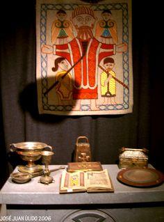 Museo de Glendalough en la República de Irlanda. El conjunto monasterial fue creado por San Kevin en el siglo VI continuando su labor monástica hasta la disolución de los monasterios en 1539. Diversos objetos litúrgicos y un tapiz de San Kelvin probablemente. Glendalough Museum Various liturgical objects and a tapestry probably of St Kelvin