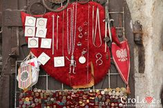 Polski proporzec wśród pamiątek po wojnie domowej - stragany na starówce w Mostarze | Mostar - Bośnia i Hercegowina || http://crolove.pl/mostar-wielokulturowe-miasto-bosni-hercegowinie/ || #Mostar #BosniaiHercegowina #bih