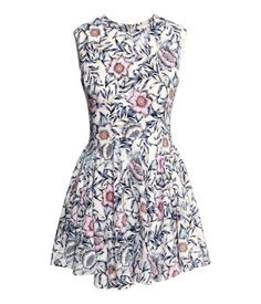 Sleeveless dress in woven fabric with a print pattern, a zip at the back and bell-shaped skirt. Lined.